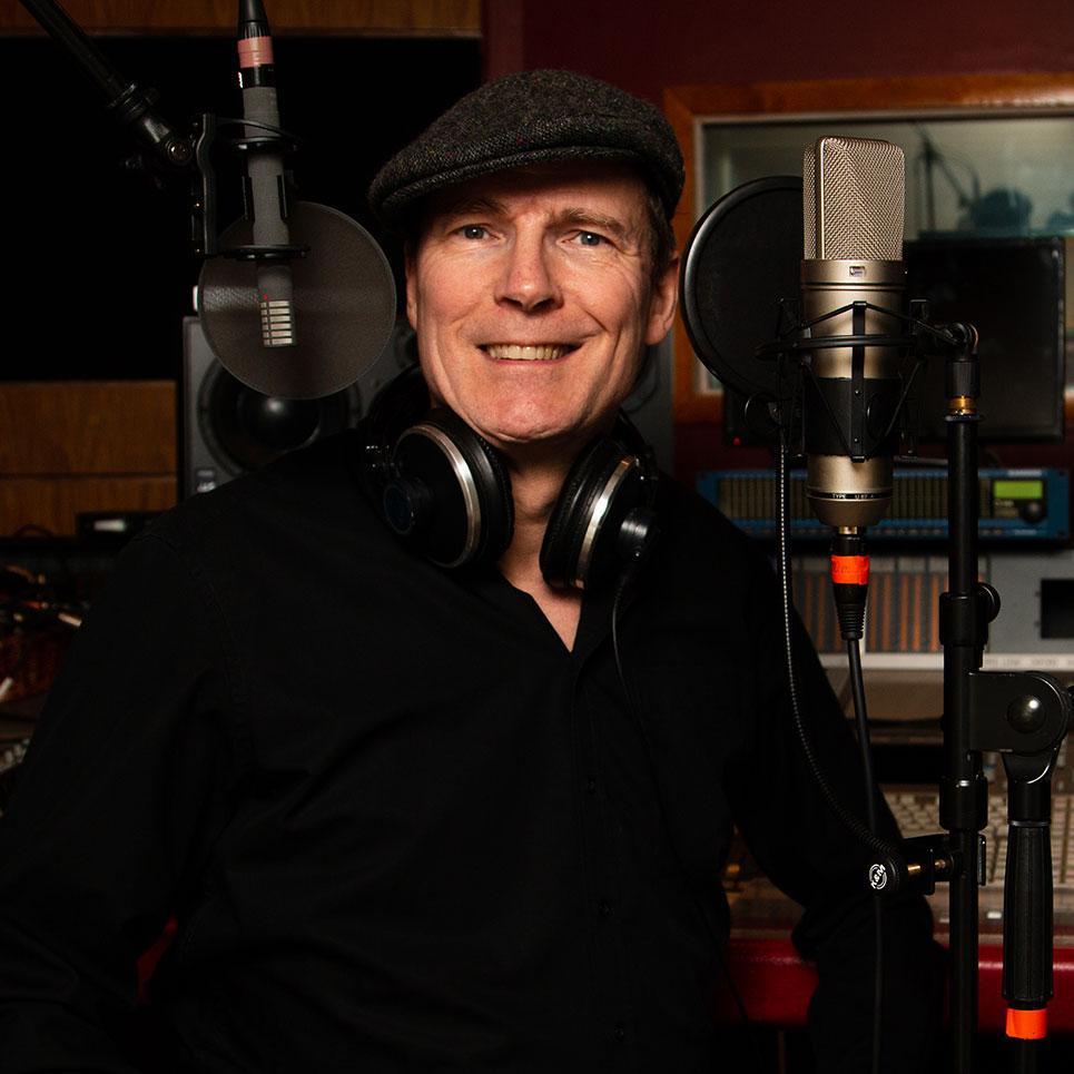 Sprecher Pat Murphy im Studio